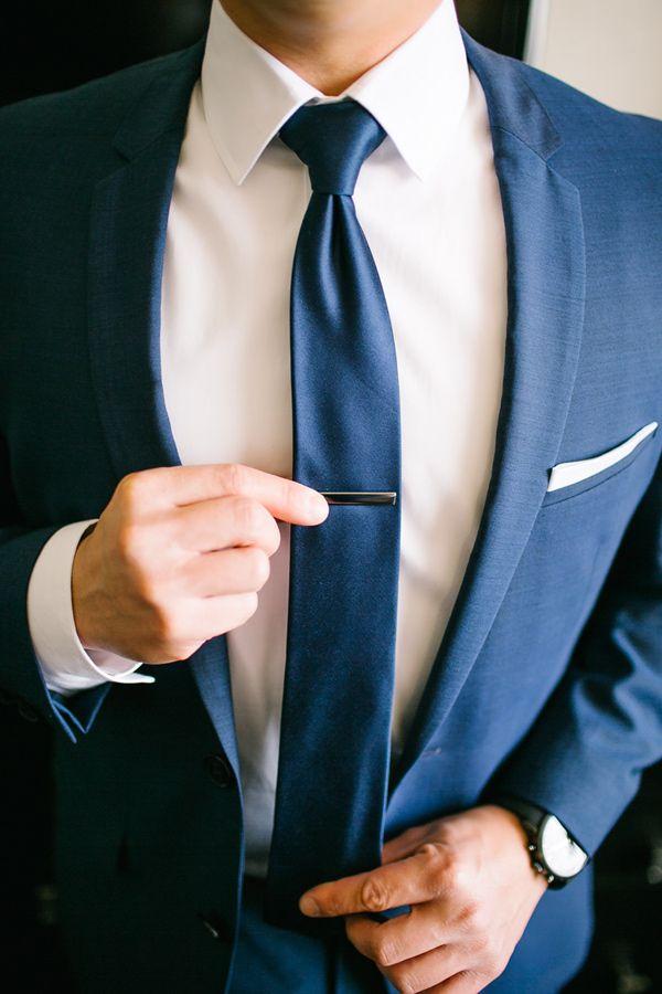 Melynas kostiumas kaklaraistis